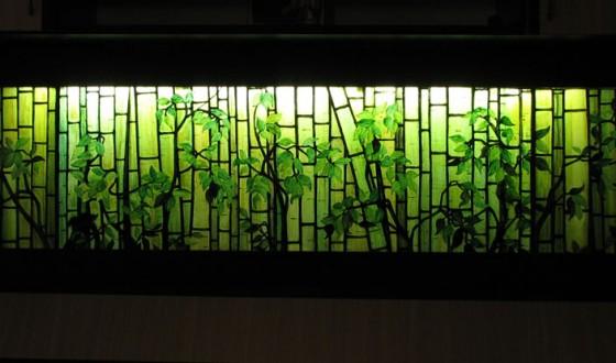 Vitraliu iluminat cu decor din bambus